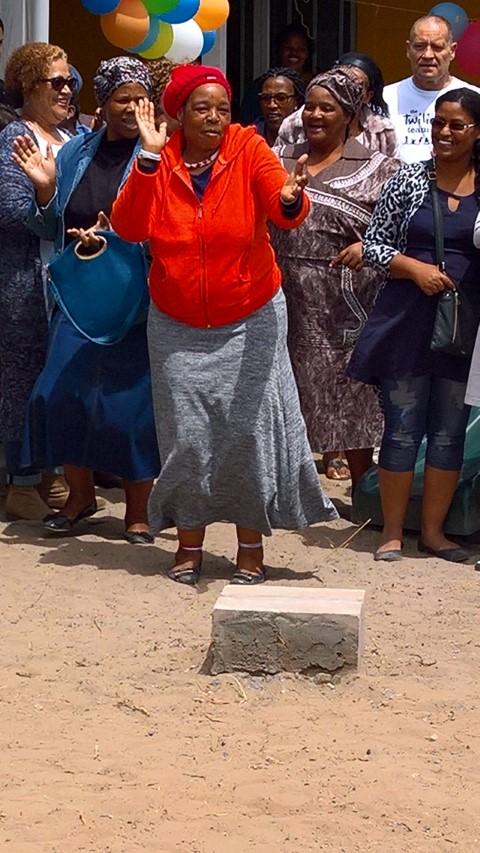 dansende vrouw in township